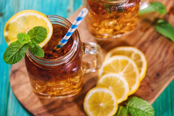 Eistee mit Zitrone und Minze im Jar – Foto