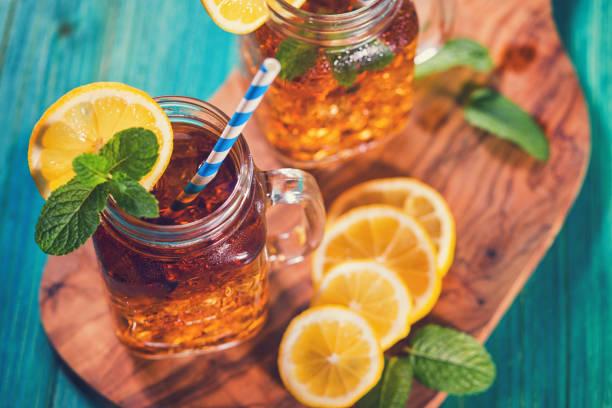 Eistee mit Zitrone und Minze in einem Glas – Foto