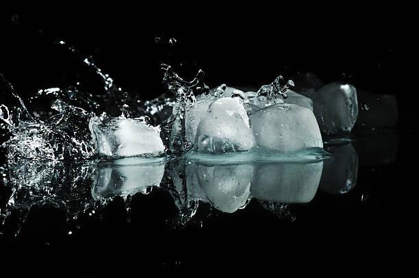Eis mit Wasser fällt – Foto