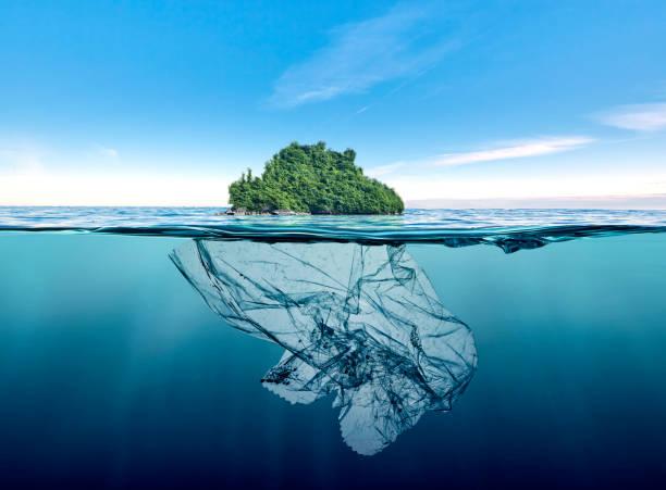 Müll-Kunststoff mit Insel im Ozean schwimmenden Eisberg – Foto