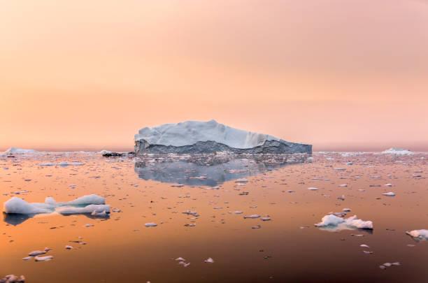 일몰에서 아름 다운 바다에 빙산 - 기후 묘사 뉴스 사진 이미지