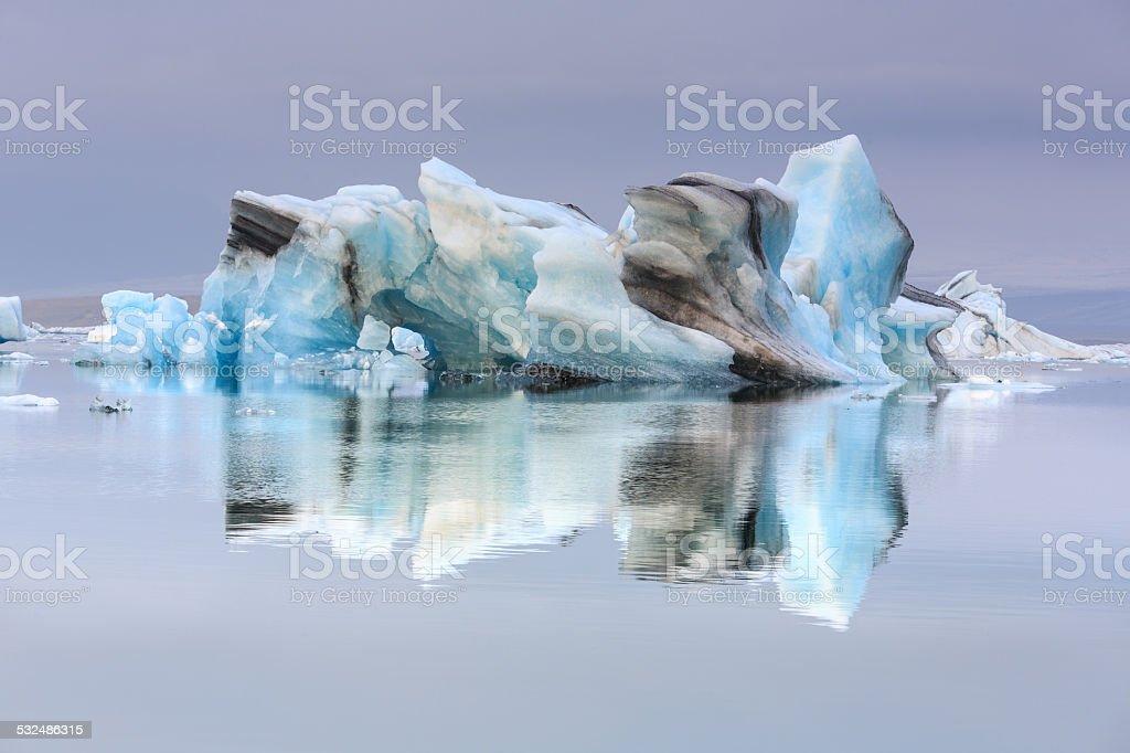 Iceberg sur le lagon bleu d'Islande stock photo