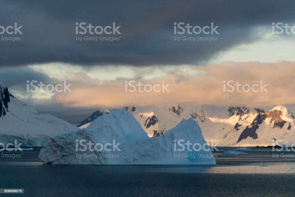 Eisberge im letzten Licht – Foto