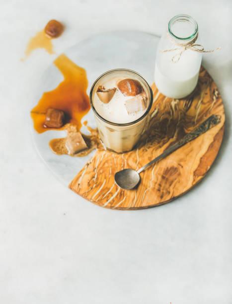 iced caramel latte kaffee-cocktail mit milch im glas - hausgemachter eiskaffee stock-fotos und bilder
