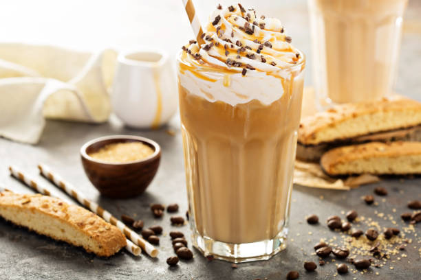 iced caramel latte coffee in a tall glass - milkshake stockfoto's en -beelden