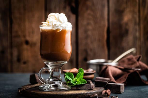 eistee kakaogetränk mit schlagsahne, kalte schokolade getränk, kaffee frappe auf dunklem hintergrund - hausgemachtes vanilleeis stock-fotos und bilder