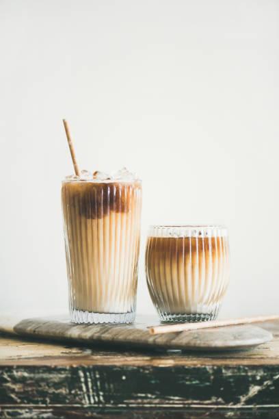 eis kaffee trinken in hohe gläser an bord - hausgemachter eiskaffee stock-fotos und bilder