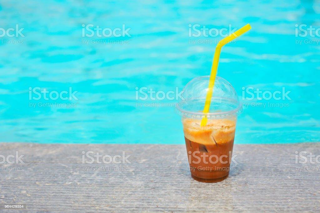 Ijskoffie op buiten bij het zwembad - Royalty-free Arabica-koffie - Drank Stockfoto