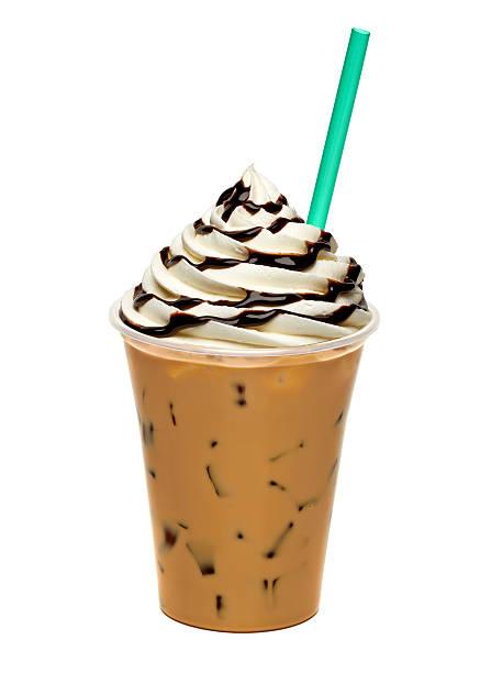 eiskaffee mit sahne und schokoladensauce in mitnehmen-cup - mocca stock-fotos und bilder