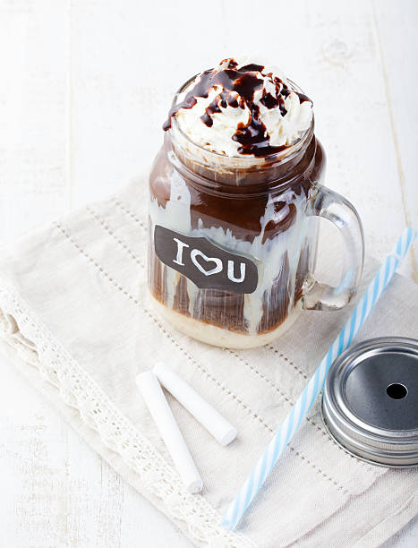 eis kalten kaffee, frapuccino mit schlagsahne - hausgemachter eiskaffee stock-fotos und bilder