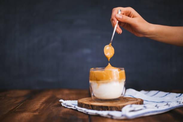 나무 테이블에 아이스 달고나 커피 스톡 사진