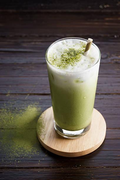 iced latte grünem tee - grüner tee koffein stock-fotos und bilder