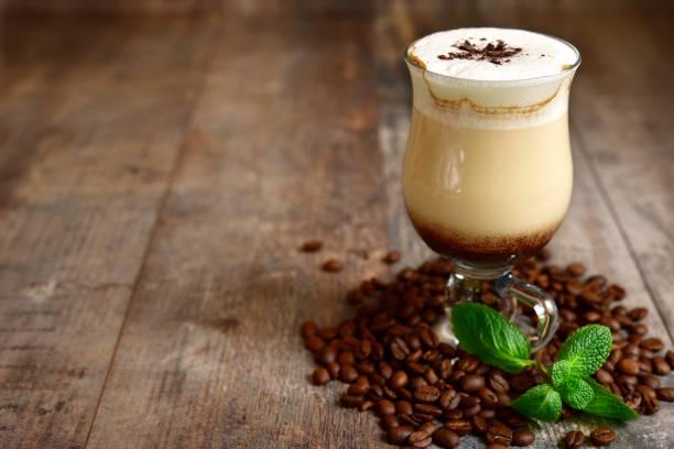 iced mint  latte in a glass - mocca stock-fotos und bilder