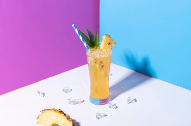 Eisananas-Punsch Cocktail in Glas auf farbigem Hintergrund. Sommergetränk. – Foto