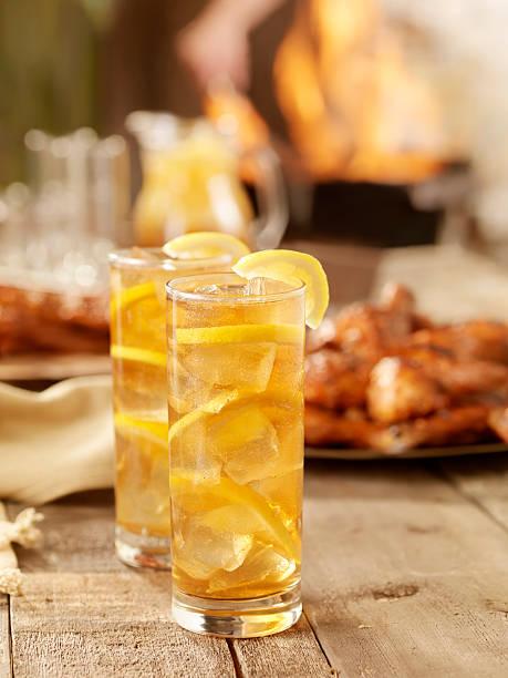 eistee und barbecue chicken - picknick tisch kühler stock-fotos und bilder