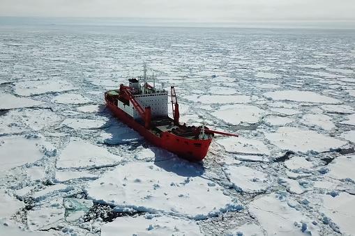 Ice-enpalled naldo, ice breaking ship.