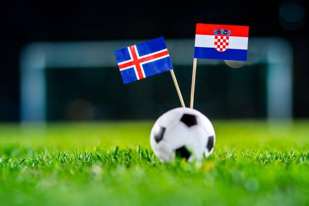 Islandia - Croacia, Grupo D, martes, 26. Junio, fútbol, mundial, Rusia 2018, banderas nacionales sobre la verde hierba, blanco pelota de futbol en la tierra. - foto de stock
