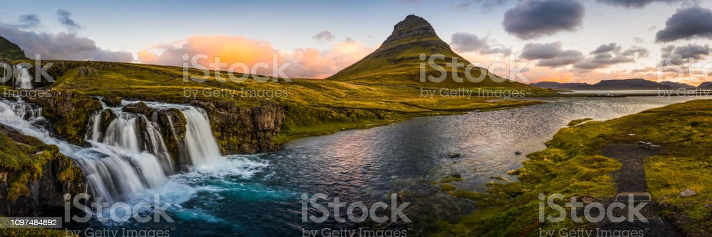 Island ikonischen Wasserfälle Fluss Kirkjufell Mountain Peak Panorama Vesturland Sonnenaufgang – Foto