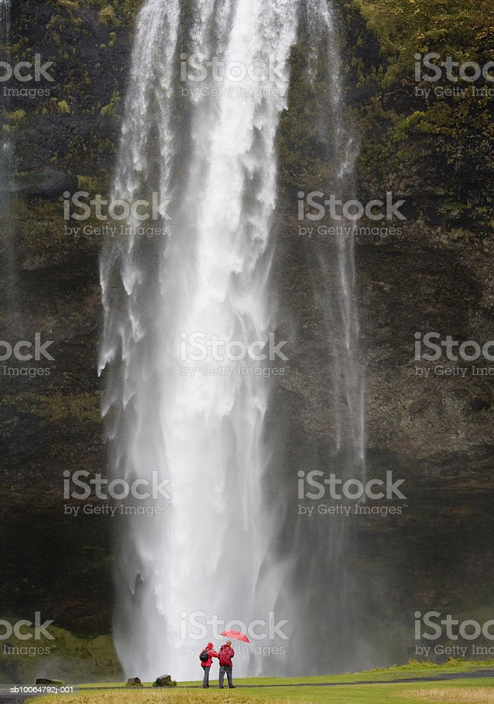 Iceland, Seljalandsfoss waterfall and people in distance foto royalty-free
