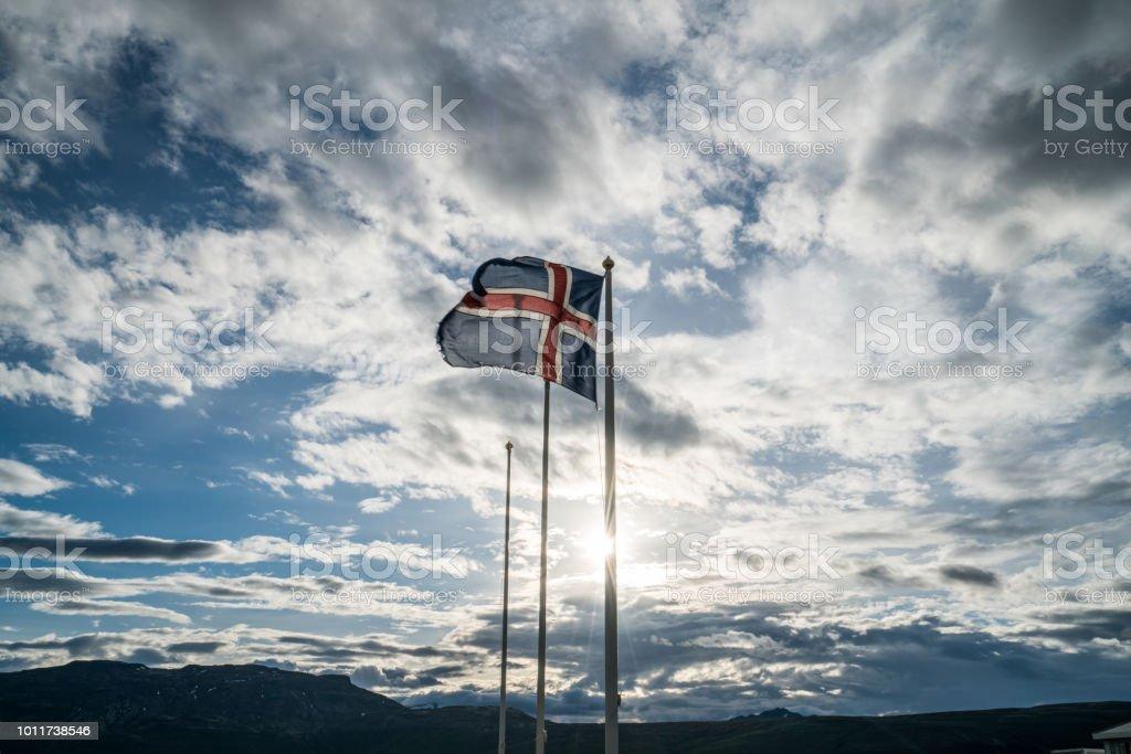 Bandeira da Islândia contra o céu e o sol - foto de acervo
