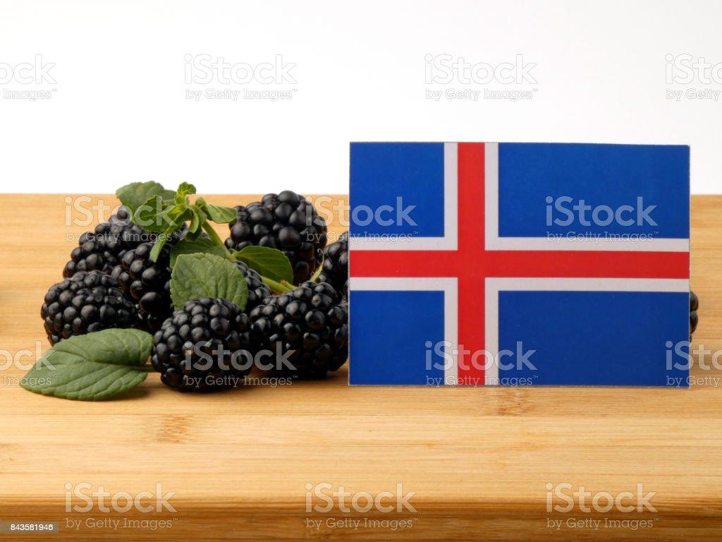 Bandeira da Islândia em um painel de madeira com amoras isolado em um fundo branco - foto de acervo