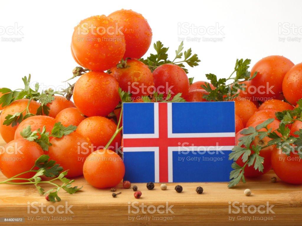 Bandeira da Islândia em um painel de madeira com tomates isolado em um fundo branco - foto de acervo