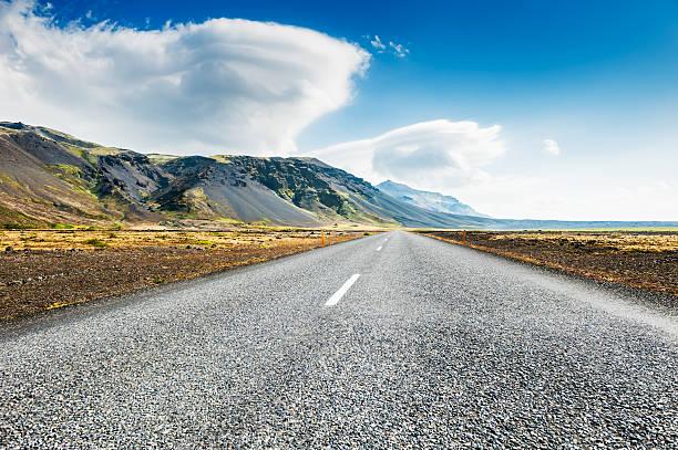 isländische road, mit blick auf die berge. - lenticular stock-fotos und bilder