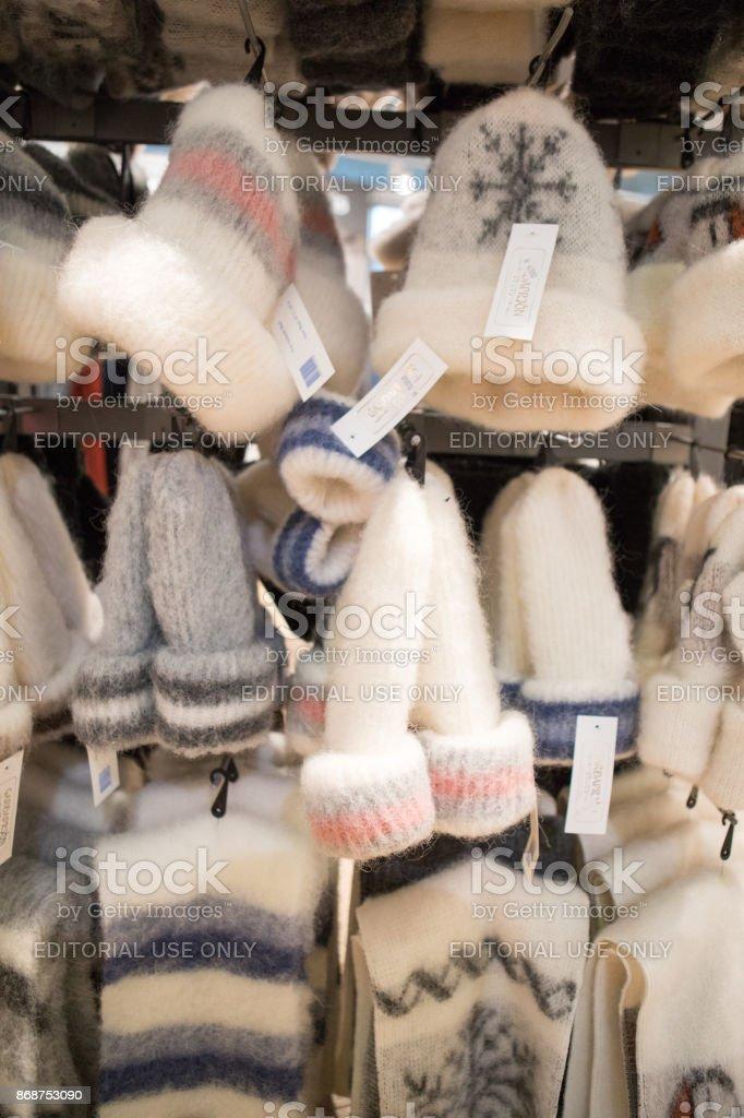 Chapéus de lã islandês, cachecóis e luvas para venda em aeroporto de Keflavik, na Islândia - foto de acervo
