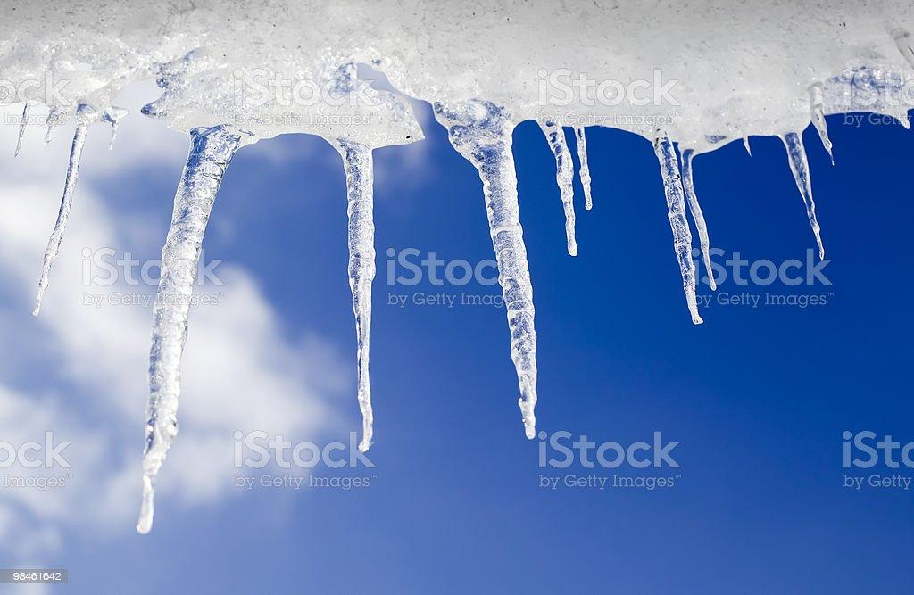 Icicles cornice su sfondo di cielo nuvoloso foto stock royalty-free