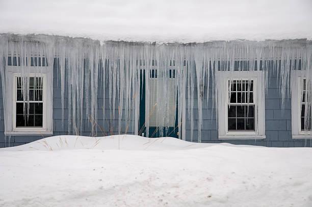 icicles haging 메트로폴리스 빙판 댐 지붕 new england - 댐 뉴스 사진 이미지