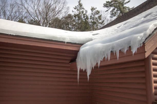 얼음 댐에서 물이 뚝뚝 떨어지는 집 지붕에 고 드 름 걸림 - 댐 뉴스 사진 이미지