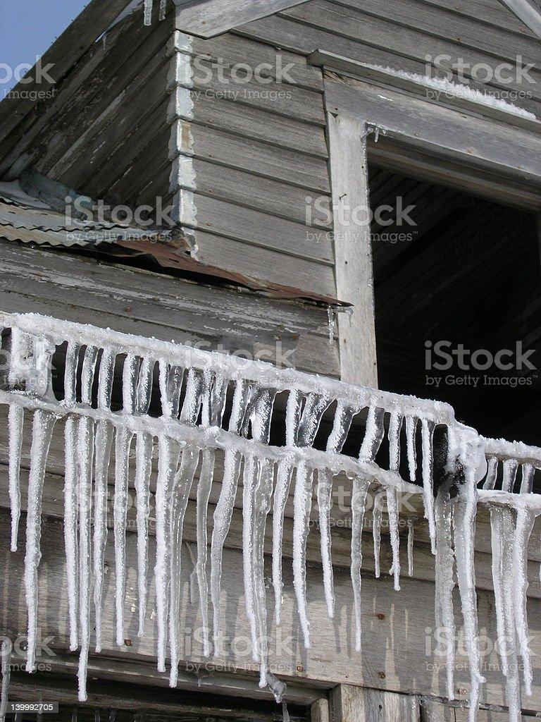 Pingentes de gelo em caixotes House foto royalty-free