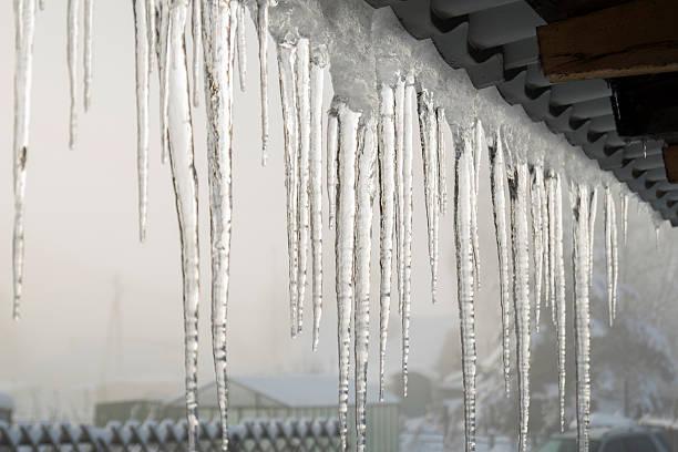 icicles на карниз - плотина стоковые фото и изображения
