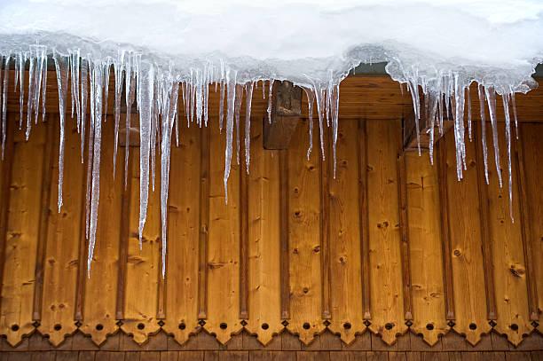 icicles auf dem dach - horizontal gestreiften vorhängen stock-fotos und bilder