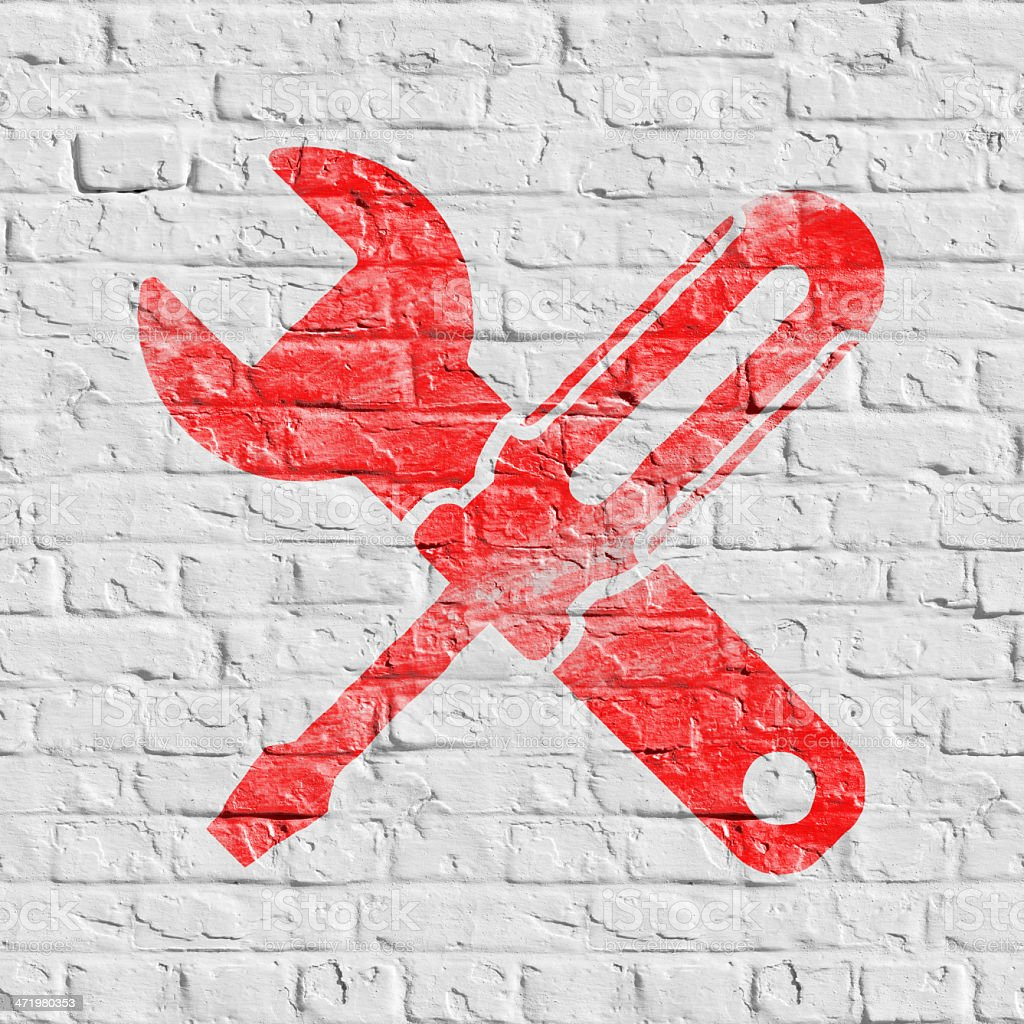 Symbol der gekreuzten Schraubendreher auf weiße Wand. – Foto