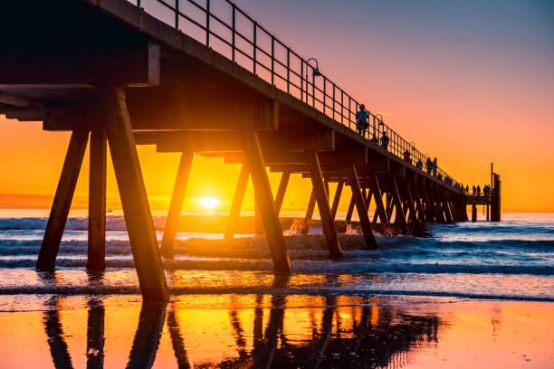Iconic Glenelg Beach Pier bei Sonnenuntergang – Foto