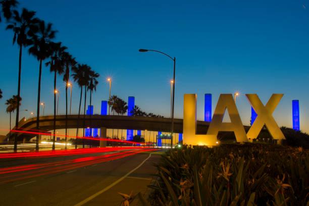 Sinal de Aeroporto Internacional icônico LAX Los Angeles à noite - foto de acervo