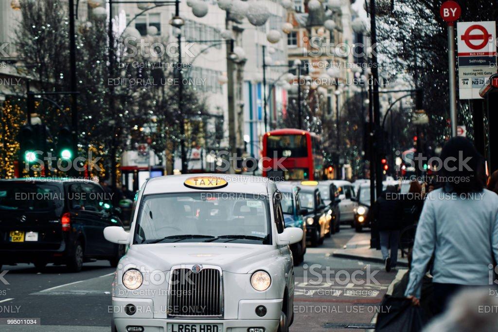 象徴的なロンドンの黒タクシー ストックフォト