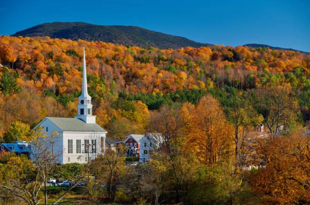 Ikonische New England Kirche in Stowe Stadt im Herbst – Foto