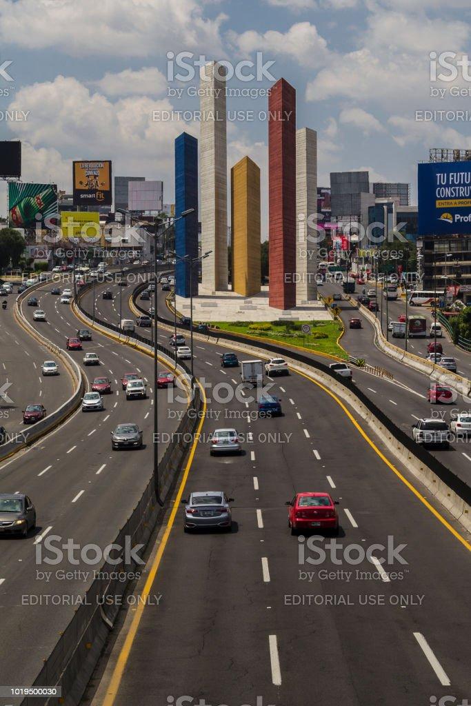 ナウカルパンメキシコの衛星都市の象徴的な塔 - エディトリアルの ...