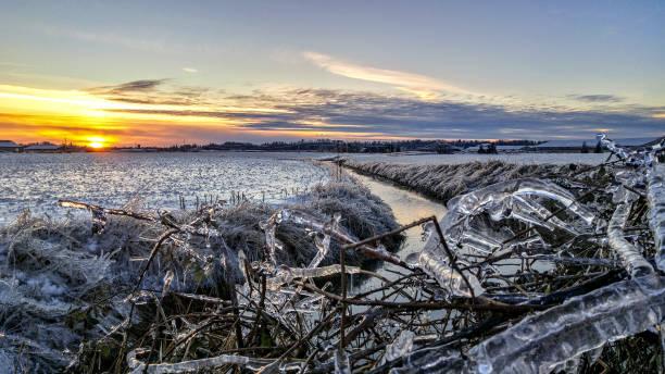 Eisiger Sonnenuntergang – Foto
