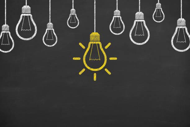 Ideenkonzepte mit Glühbirnen auf Kreidebrett-Hintergrund – Foto