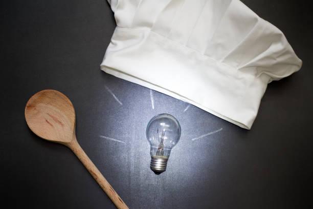 idee zum kochen essen abstraktes konzept mit birne und kochmütze in der küche - kochkunst stock-fotos und bilder