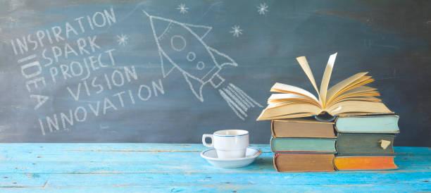 Idee, Inspiration, Vision Konzept w. Bücher, Kaffee, Kritzeln auf Tafel – Foto