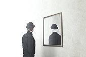 アイデンティティがない非現実的な概念です。顔のない自分を映す鏡の前の男