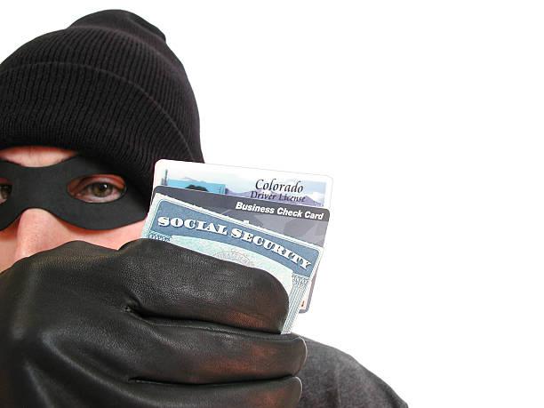 識別盗難:マスク泥棒はライセンスおよびソーシャルセキュリティカード - id盗難 ストックフォトと画像