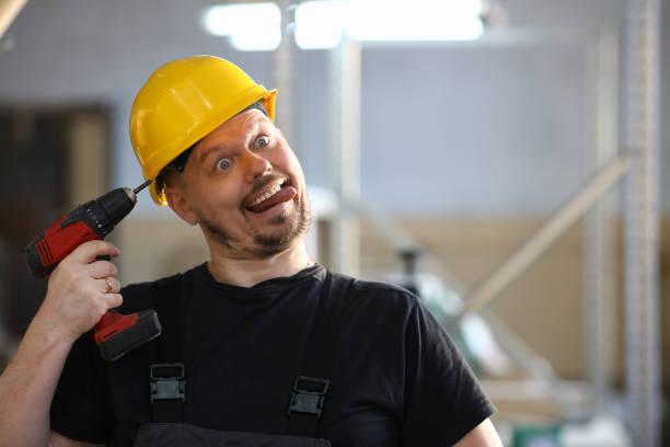 바보 작업자 세로 전기 드릴을 사용 하 여 - 부주의한 뉴스 사진 이미지