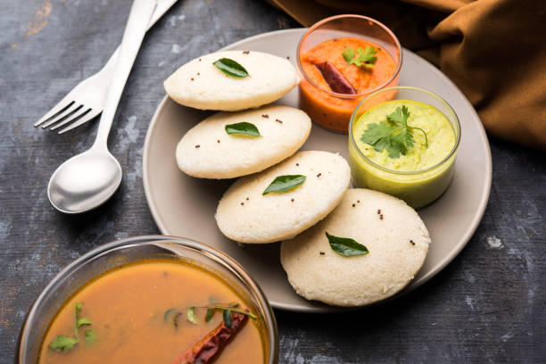 일부러 sambar 또는 삼으로 idli 그리고 녹색, 빨간 처트니. 인기 있는 남쪽 인도 조식 - 남쪽 뉴스 사진 이미지