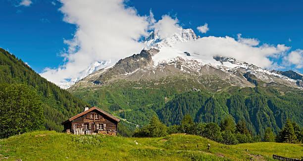 Idyllische alpinen chalet Sommer Bergwiese panorama der Alpen – Foto