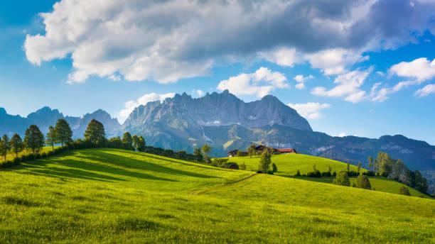 idílico cenário alpino, quinta na frente de wilder kaiser, áustria, tirol - montanhas kaiser - áustria - fotografias e filmes do acervo